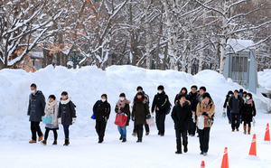 大学入試センター試験の試験会場に向かう受験生たち=14日午前8時30分、札幌市北区の北海道大学、山本裕之撮影