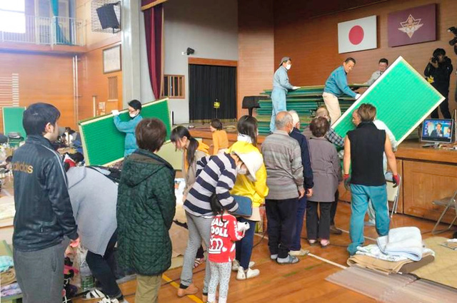 熊本地震では住民らと協力し、避難所の体育館に畳を敷いた=2016年4月、熊本県益城町、プロジェクト実行委員会提供
