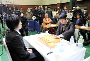 将棋ファンが周囲で見守る中始まった「朝日杯将棋オープン戦」=14日午前10時、熊本市総合体育館、金子淳撮影