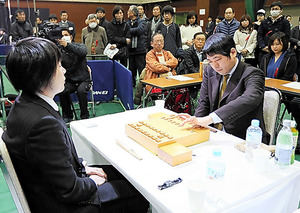 将棋ファンが見守る中始まった「朝日杯将棋オープン戦」=14日午前10時、熊本市総合体育館