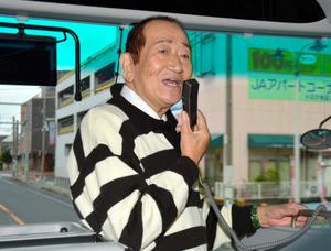 ガイドをする間は立ちっぱなしの広沢さん。12月10日、カニと鳥取を楽しむ旅の一行を案内した=鳥取市
