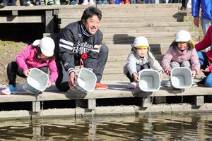 福岡)海づくり大会をPR ホークス選手と稚魚放流