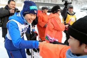 下川町からの応援団と握手をする伊藤有希=14日午後、札幌・宮の森ジャンプ競技場、白井伸洋撮影