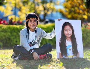 木村仁君。髪を寄付する前の写真パネルと並んでもらった=昨年11月、千葉県船橋市、細川卓撮影