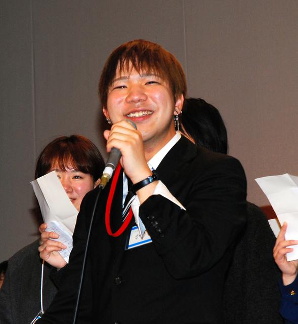 フィナーレの合唱で参加者と歌う黒羽翔さん=尼崎市