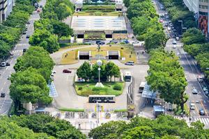 移転廃止される栄バスターミナル噴水南のりば。1日2500~3600人が利用する=2015年8月、名古屋市中区