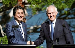 共同記者発表を終え、握手する安倍晋三首相(左)とターンブル豪首相=14日午後、シドニーの首相公邸、飯塚晋一撮影