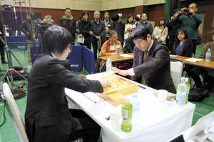 将棋ファンが周囲で見守るなか、始まった朝日杯将棋オープン戦=14日午前9時56分、熊本市総合体育館、金子淳撮影