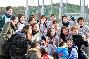 記念撮影をする富岡高校女子サッカー部のOGら=広野町サッカー場