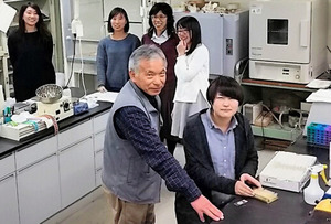 大小様々な研究機器が並ぶ動物機能形態学研究室。手前左は杉田昭栄教授