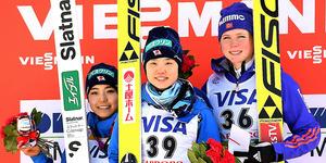 W杯で初優勝し、表彰台で笑顔を見せる伊藤有希(中央)。左は2位の高梨沙羅