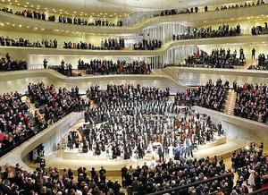 11日の開幕演奏会で演奏された「第九」。聴衆が総立ちで拍手した