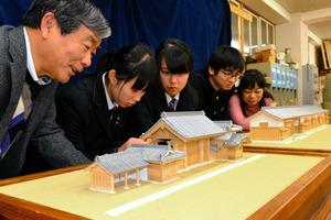 県立つるぎ高校建築クラブの生徒らが製作した稲田家屋敷門(手前)と賀島家屋敷門の模型=つるぎ町貞光