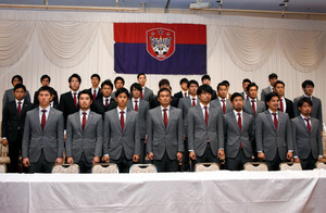 長沢徹監督(前列左から4番目)と選手たち=岡山市北区絵図町