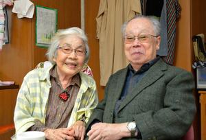 内田保信さん(右)と美喜江さん。別々の老人ホームで暮らすが、美喜江さんのホームで会ったり、2人で外を散歩したりすることもある=長崎市