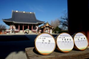 池上本門寺で販売されている「精進アイス」。後方は同寺の大堂=東京都大田区
