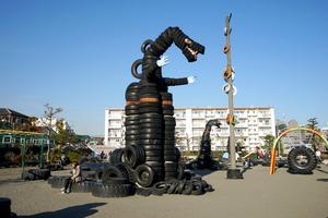3千本の古タイヤを遊具にした西六郷公園。大小の「怪獣」が並んで立っている=東京都大田区