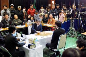 羽生善治三冠と広瀬章人八段の対局を多くのファンが見守った=15日、熊本市総合体育館