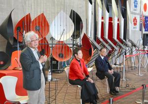 1970年大阪万博の「鉄鋼館」だった場所で、当時取材にあたった八木亜夫さん(左)らが振り返った=15日、吹田市千里万博公園