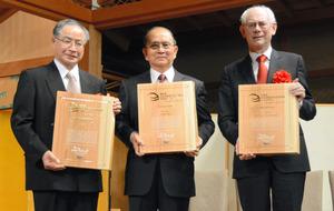 第3回アジアコスモポリタン賞の受賞者。(左から)経済・社会科学賞の藤田昌久氏、大賞のテインセイン氏、文化賞のヘルマン・ファンロンパイ氏=奈良春日野国際フォーラム