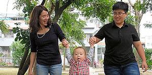 自宅近くで張喬テイさん(左)、楊家敏さん(右)の2人に遊んでもらうプリンちゃん=新竹県、鵜飼啓撮影