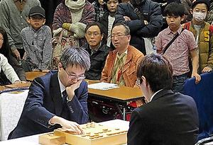 羽生善治三冠―広瀬章人八段の対局をファンが見守った=15日、熊本市