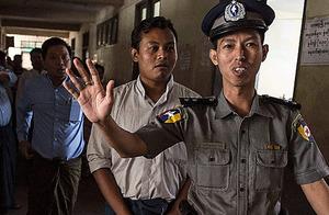 6日、ヤンゴンの裁判所内を移動する地元紙大手イレブン・メディアの編集長(右から2人目)。同日、保釈が認められた=AFP時事