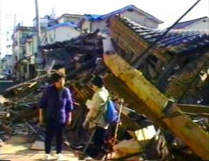 倒壊した住宅=1995年1月、神戸市、末岡健司さん撮影の映像から