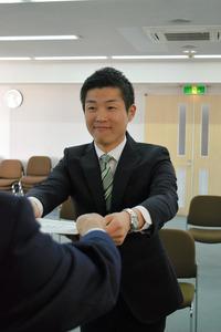 当選証書を受け取った東修平氏=大阪府四條畷市