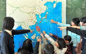 戦没者名簿をもとに作り上げた地図。戦争が拡大した様子が一覧できる=酒田市立浜田小学校