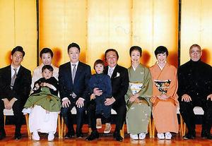 2016年、音羽会の新年会で家族で記念撮影。中央で孫を抱いているのが菊五郎さん。その右から富司さん、寺島しのぶさん、菊五郎さんの左が菊之助さん=本人提供