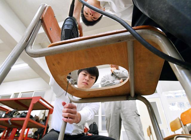 南海トラフ地震による巨大地震が心配される高知県須崎市では、「ものづくり」を防災に生かそうと高校生が動き出した。市の指定避難所になっている須崎工業高校では、椅子の座面をくりぬき、ポリ袋をかぶせる仮設トイレを考案した。東日本大震災で被害を受けた岩手県宮古市を昨年訪れた際、水道が止まり、トイレが使えなかった話を聞いたことがきっかけになったという=2016年12月13日、加藤諒撮影