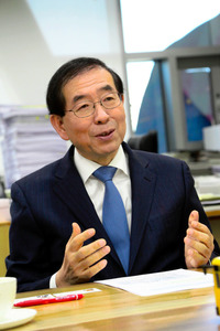 朝日新聞のインタビューに応じる朴元淳・ソウル市長=2015年1月、ソウル、東岡徹撮影
