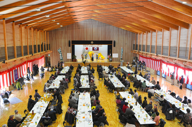 木造で、県産材を9割使ってできた避難ホールで開かれた新年祝賀会=岩手県大槌町安渡