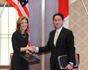 署名を交換し、握手を交わす岸田文雄外相(右)とケネディ駐日米大使=16日午後3時11分、東京都港区、関田航撮影