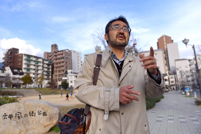 阪神大震災の時に住んでいた地域を訪れた藤江徹さん。公園や住宅が造られ、当時の面影はほとんどなかった=神戸市灘区、井手さゆり撮影