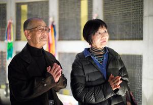 長男・藤原信宏さんの名が刻まれた銘板がある「慰霊と復興のモニュメント」を訪れた宏美さん(左)と美佐子さん。毎年のように神戸ルミナリエや追悼行事に訪れる=昨年12月、神戸市中央区、高橋雄大撮影