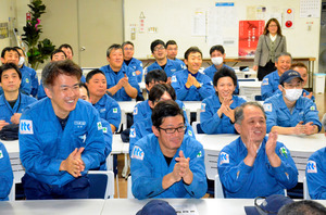 放出の瞬間、拍手して喜ぶ中島田鉄工所の社員ら=福岡県広川町、小林舞子撮影