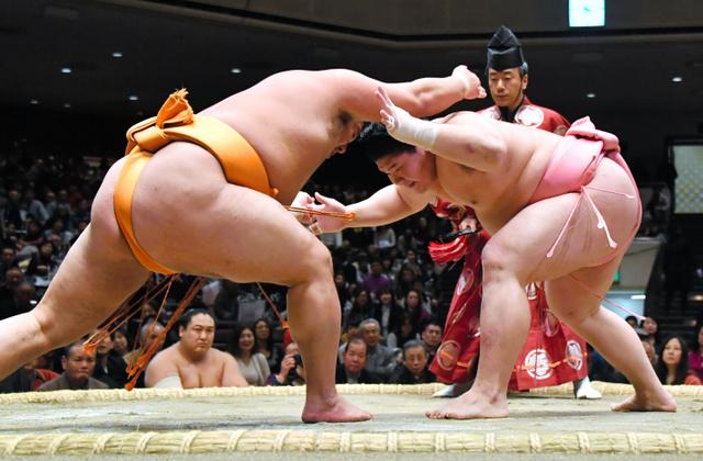 宇良(右)は押し出しで旭大星を破る=恵原弘太郎撮影