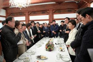1月1日、韓国大統領府(青瓦台)で韓国記者団らと新年のあいさつを交わした朴槿恵大統領(右から3人目)=大統領府担当韓国記者団による代表撮影