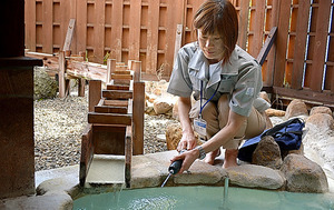 福島・高湯温泉では保健所が年に2回立ち入り調査をしてガス濃度を測定する=福島市