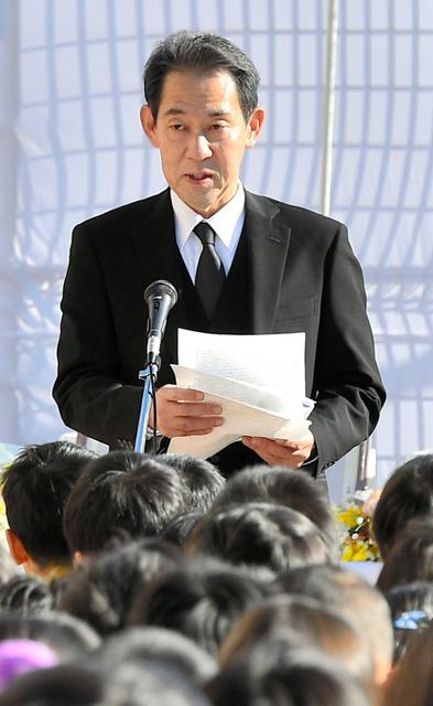精道小学校で追悼の言葉を話す往古卓巳さん=17日午前9時55分、兵庫県芦屋市、水野義則撮影