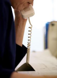 親からの電話、学校や保育園との連絡、自治体の担当部署や保健師とのやりとり……。児童相談所のワーカーに次から次へと電話がかかってくる