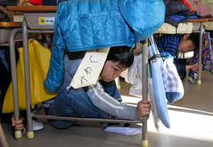 校内放送を合図に、姿勢を低くする児童たち=神戸市中央区の市立なぎさ小学校