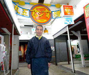 丸五市場の通路に立つ同市場事業協同組合理事長の西村政之さん=神戸市長田区