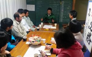 昼の活動を終え、情報を交換する男性と支援者たち=唐津市