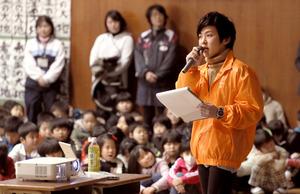明親小学校の追悼集会で体験を語る中村翼さん=17日午前、神戸市兵庫区、西畑志朗撮影