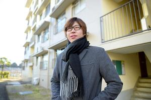 かつて暮らしていた住宅の前に立つ森健太朗さん=17日午前、兵庫県西宮市、加藤諒撮影