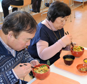「恋する鯉丼」を味わう夫婦=郡山市役所