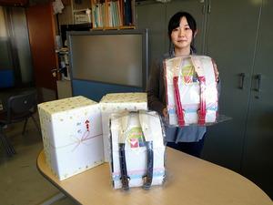 「伊達直人」さんから贈られたランドセル=羽島市役所
